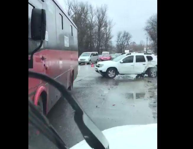 Автобус, легковушка и внедорожник столкнулись у Комсомольского моста в Ярославле
