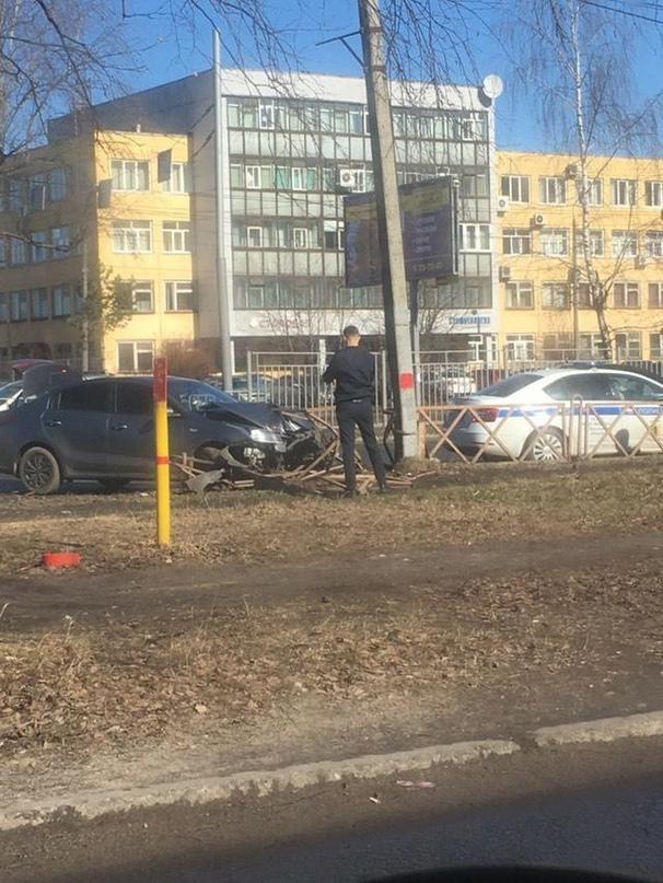 На проспекте Авиаторов в Ярославле иномарка протаранила забор