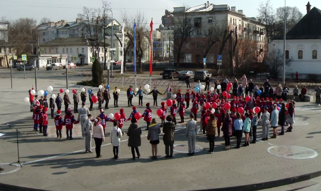 У планетария в небо запустили 60 шаров: в Ярославле отмечают юбилей первого полета в космос