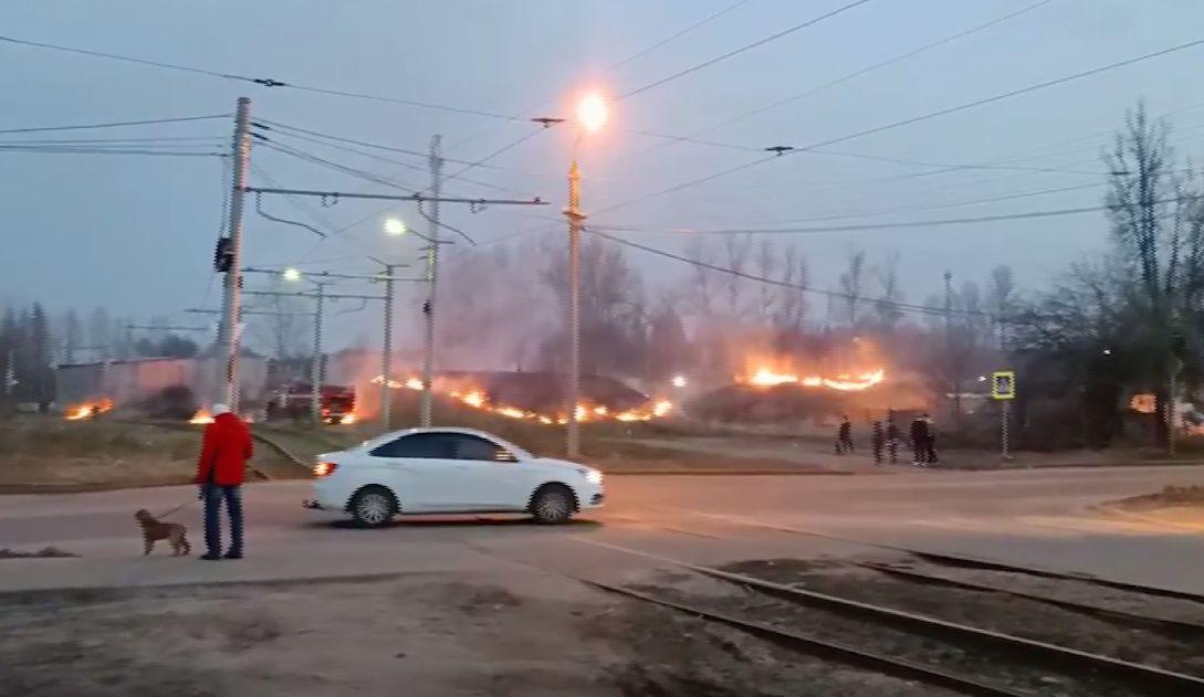 Природные пожары добрались до Ярославля: огненная полоса растянулась на сотни метров