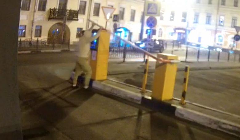 В Ярославле ищут вандалов, сломавших шлагбаум на платной парковке в центре города