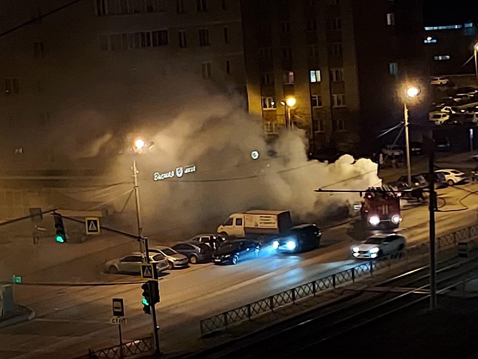 На улице Труфанова в Ярославле ночью вспыхнул припаркованный автомобиль