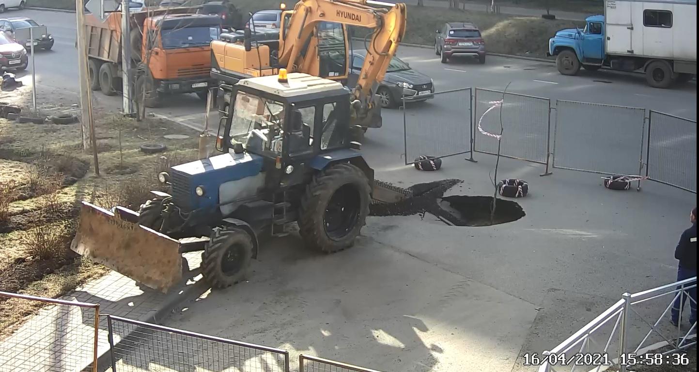 В Дзержинском районе из-за утечки в трубе на дороге провалился асфальт