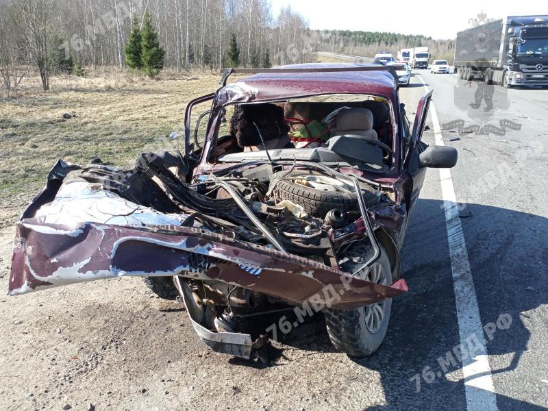 Два человека погибли при столкновении «Нивы» с фурой на трассе в Ярославской области