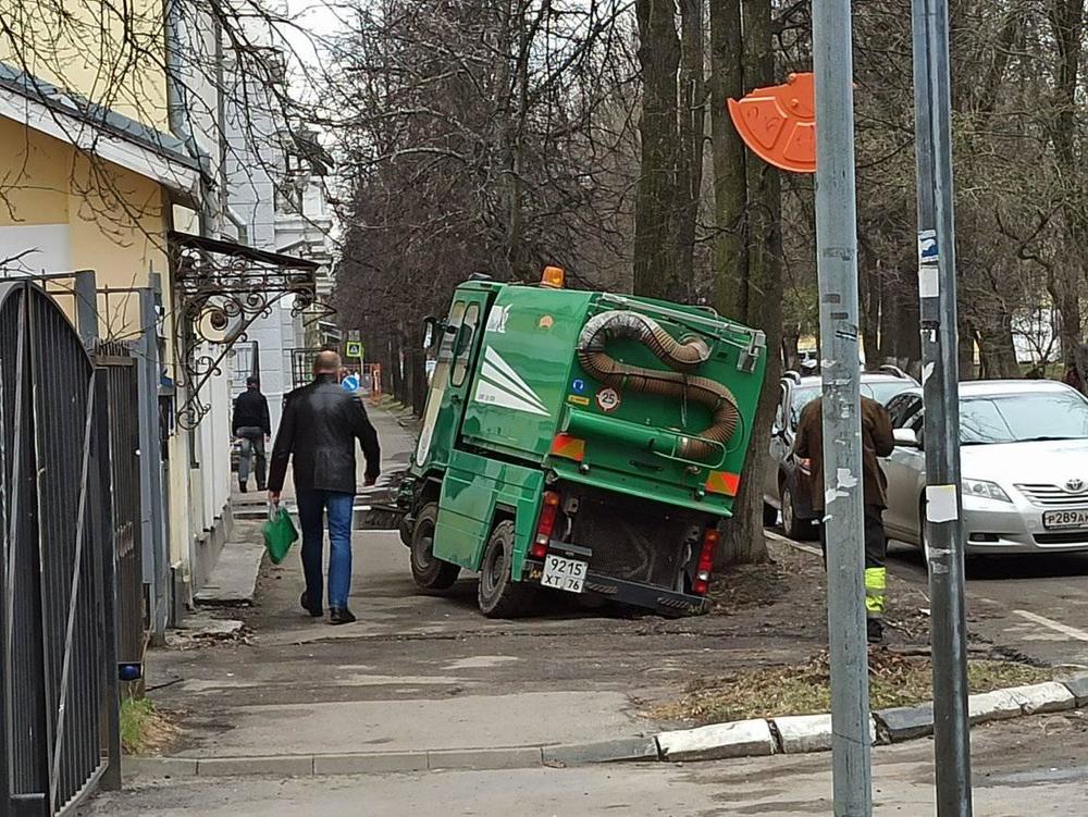 В центре Ярославля в яму провалился дорожный пылесос