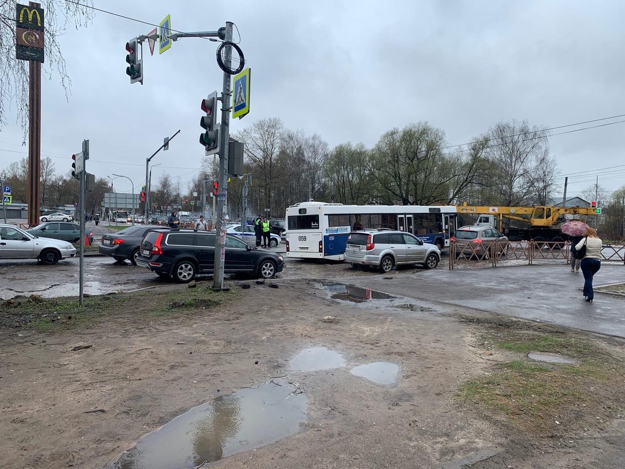 Проспект Машиностроителей в Ярославле встал из-за застрявшего автобуса