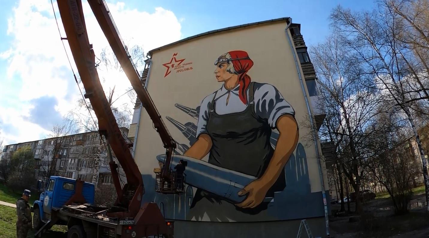 На стене многоэтажки в Дзержинском районе ко Дню Победы нарисовали гигантские граффити