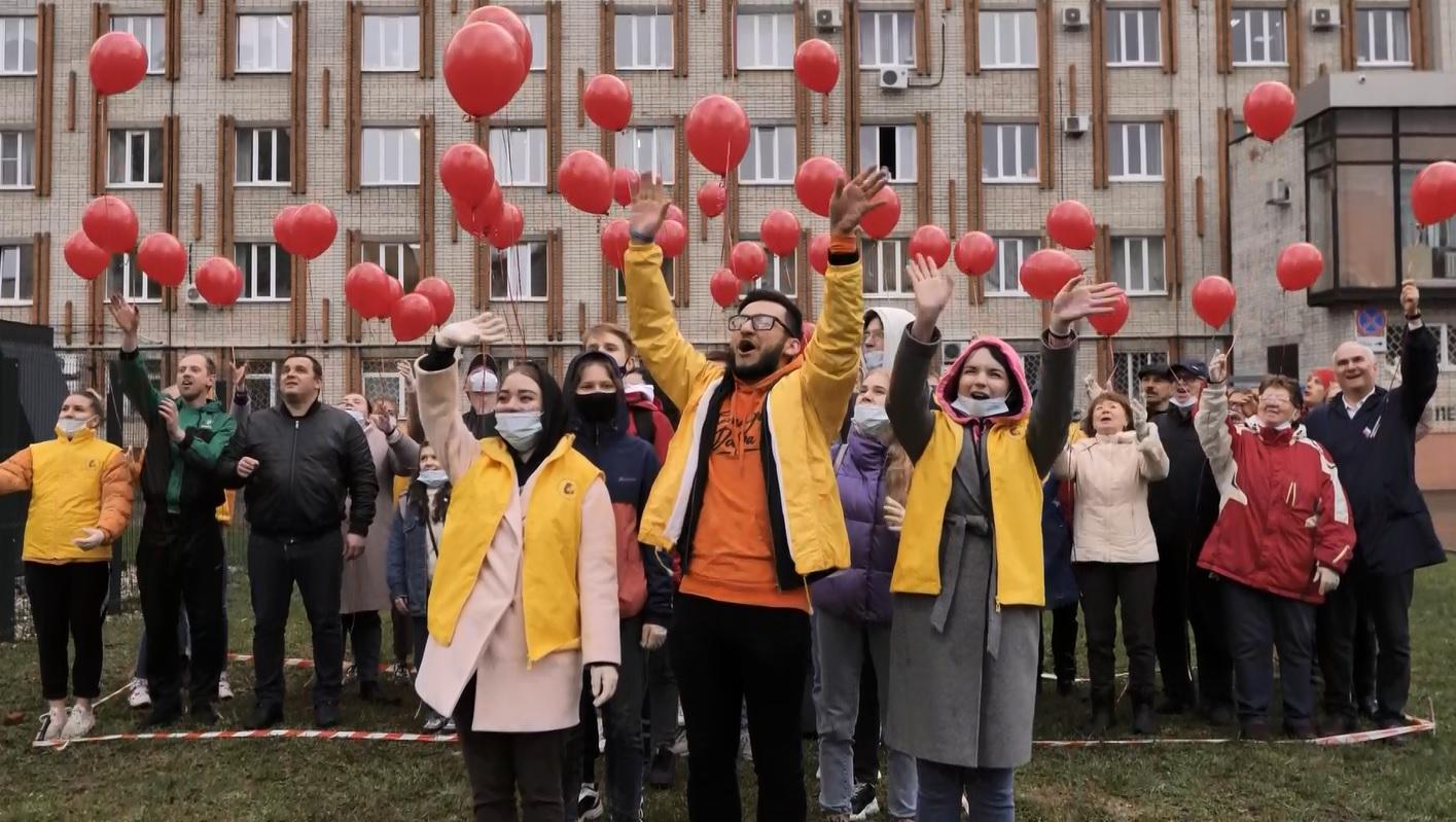 Сотрудников скорой в Ярославле поздравили красочным флешмобом