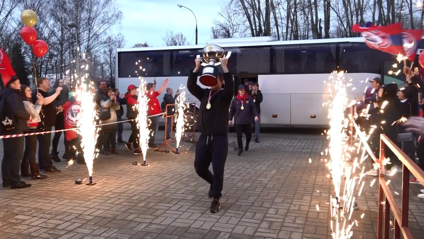 Встретили триумфаторов: «Локо-Юниор» вернулся с трофеем в Ярославль