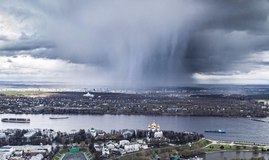 «Много лестниц в небеса»: в сети набирает популярность фото с изображением ливня в Ярославле