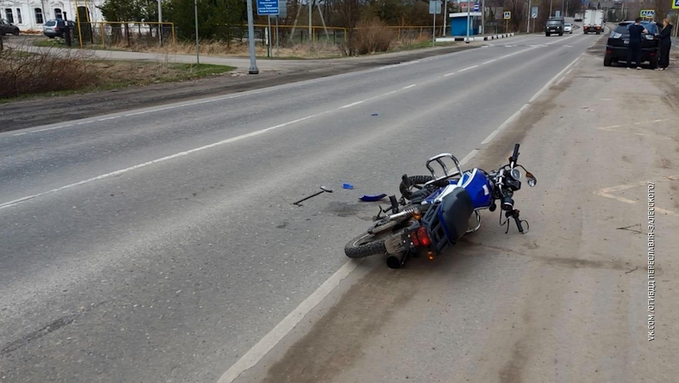 Молодой мотоциклист без прав врезался в иномарку