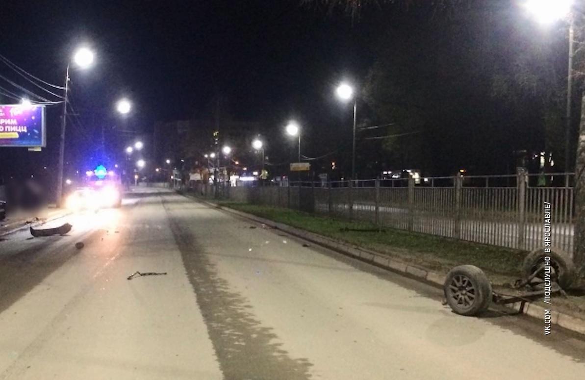 Даже отвалились колеса: 18-летний ярославец врезался в забор на проспекте Авиаторов