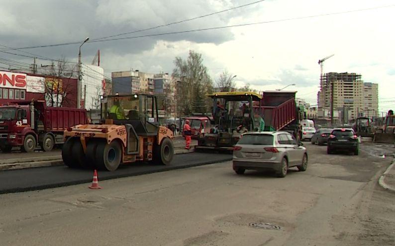 На проспекте Машиностроителей в Ярославле начали укладывать асфальт