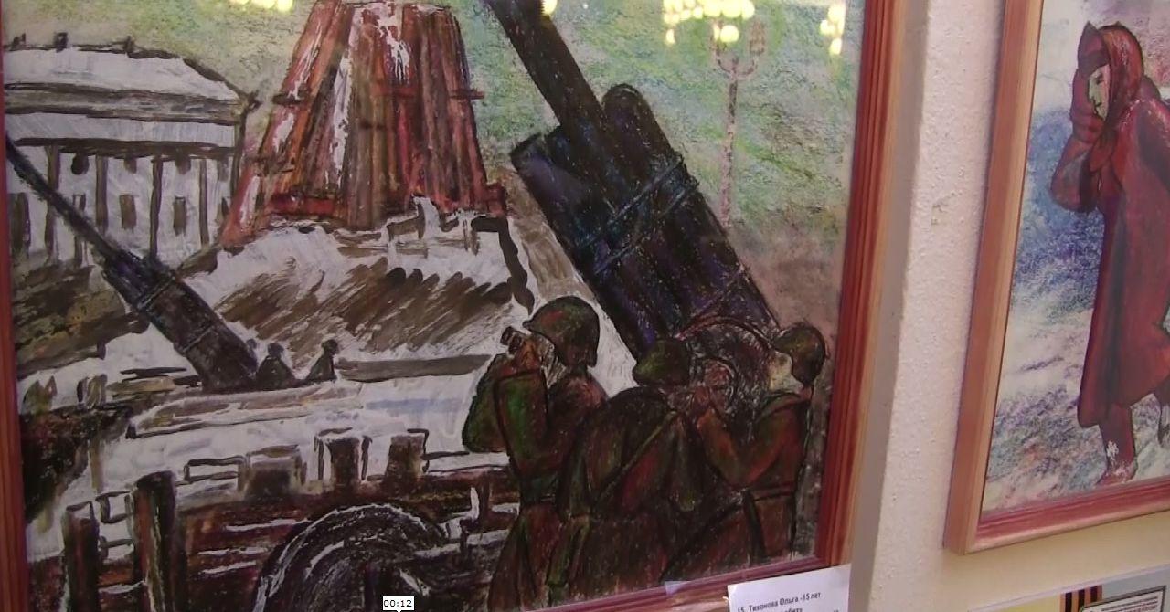 В ярославском ТЮЗе открылась выставка детских рисунков, посвященных Великой Отечественной войне
