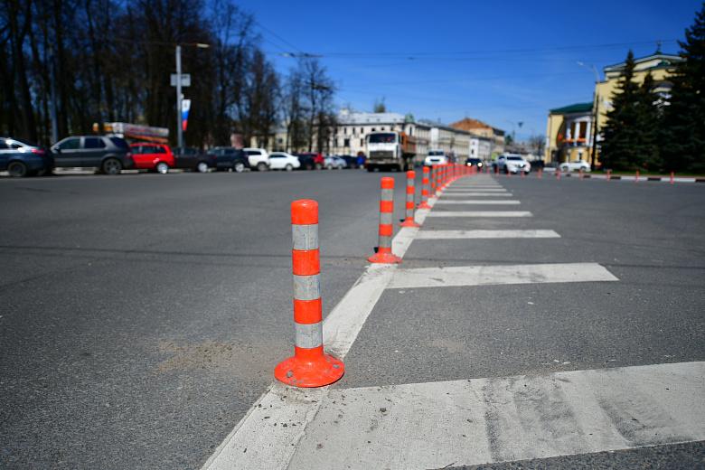 На площади Волкова в Ярославле вновь установили сигнальные столбики