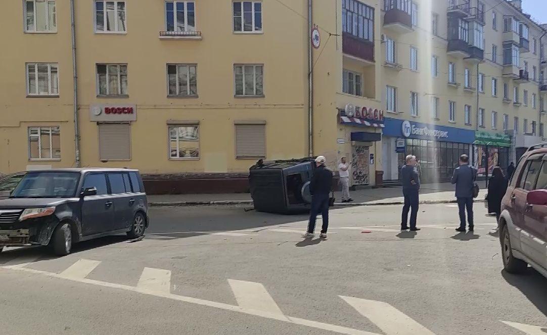 В центре Ярославля маршрутка сбила несколько дорогих иномарок
