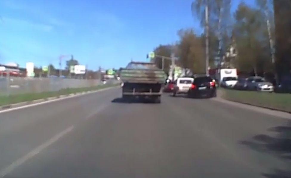 На проспекте Авиаторов в Ярославле внедорожник влетел в столб: видео