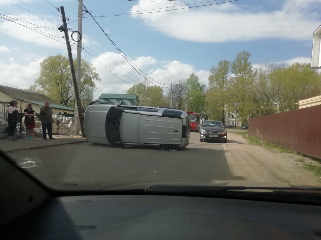В Ярославле «Лэнд Ровер» врезался в столб и завалился на бок