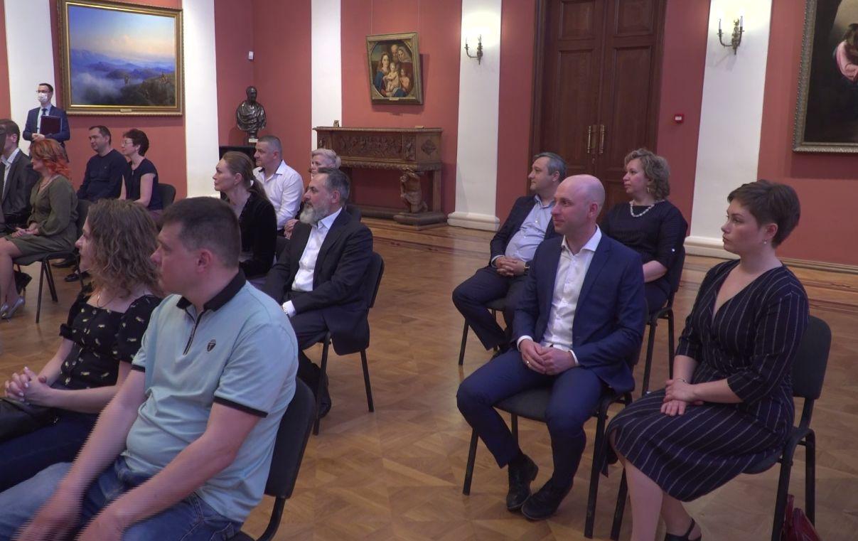 Лучшие родители Ярославской области получили награды из рук главы региона