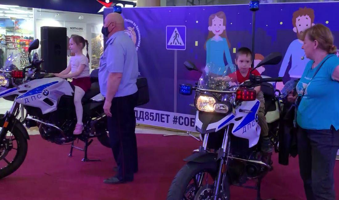Ярославцы могли сесть за руль полицейского мотоцикла и повторить ПДД: в одном из ТЦ прошел семейный праздник