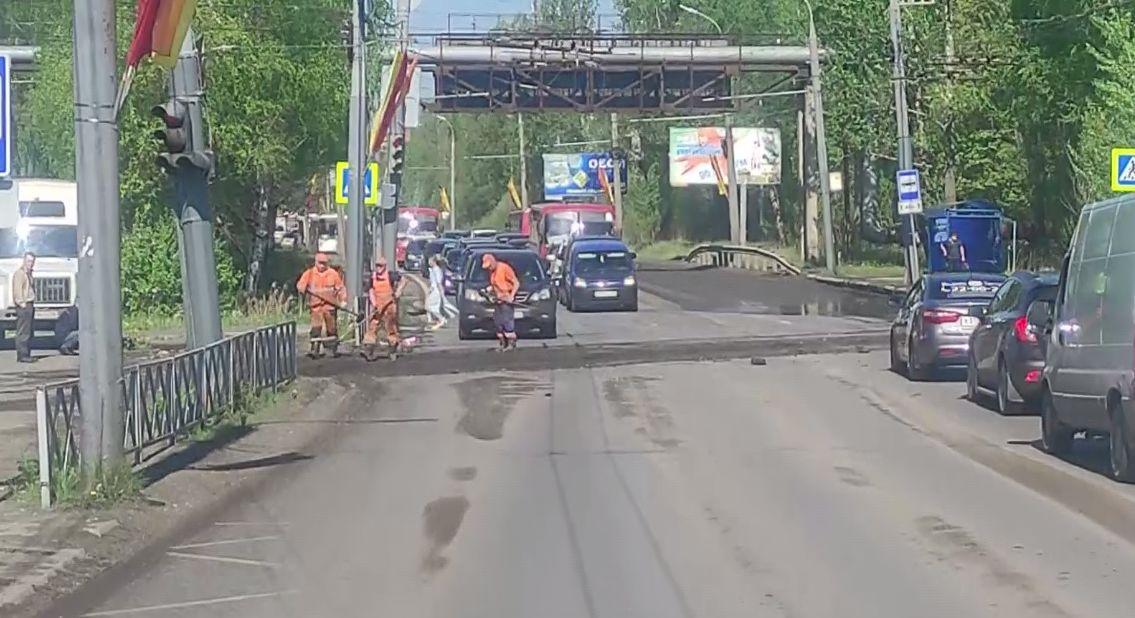 В Дзержинском районе размыло переезд через трамвайные пути, что привело к заторам
