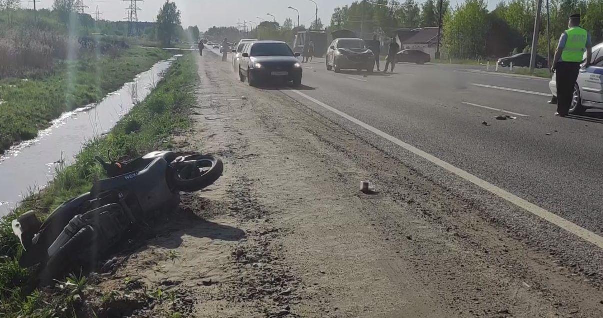 В Ярославле погиб пожилой скутерист после столкновения с иномаркой