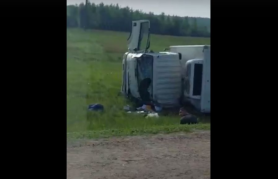 Под Ярославлем перевернулся грузовик: массовая авария произошла на трассе М8
