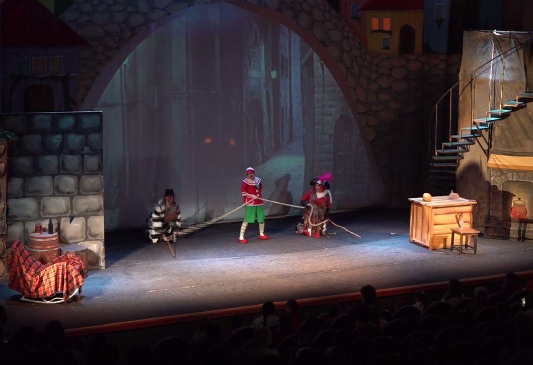 День защиты детей в Ярославле: маленьких жителей региона познакомили с миром театрального искусства
