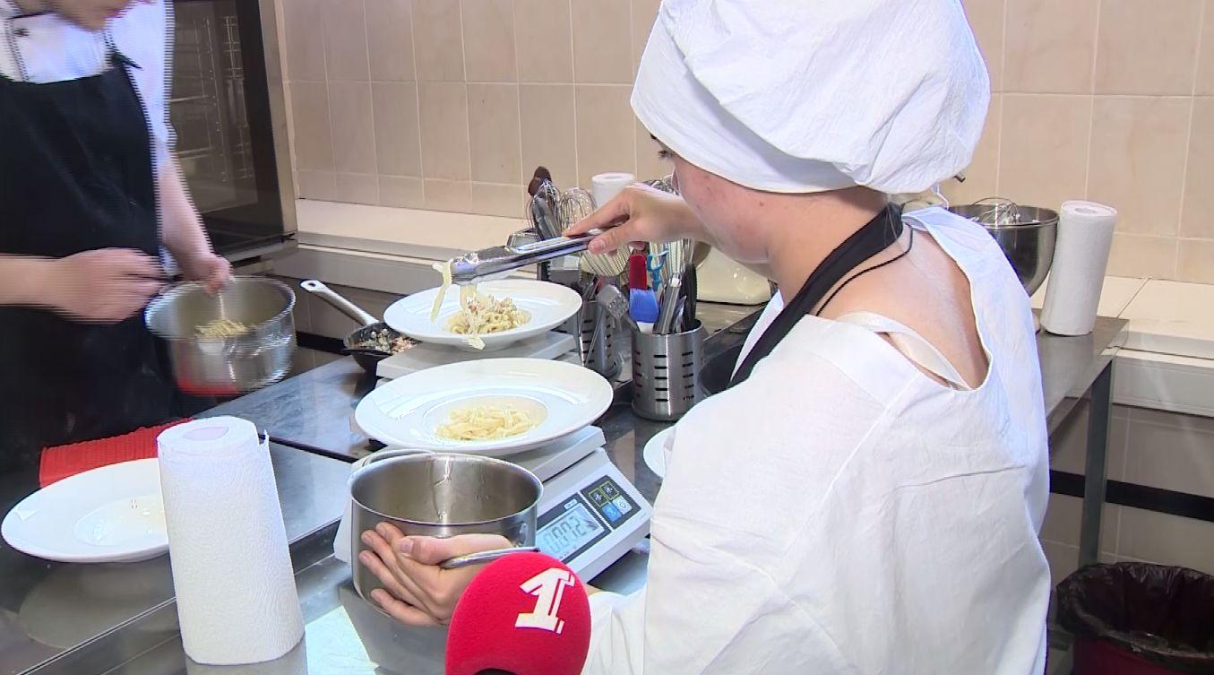 В Ярославле стартовали «вкусные» экзамены: студенты-повара сдают квалификационные работы