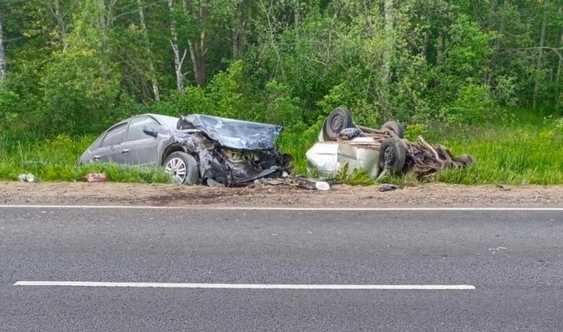 В крупном ДТП на трассе в Ярославской области один водитель погиб, другой серьезно пострадал