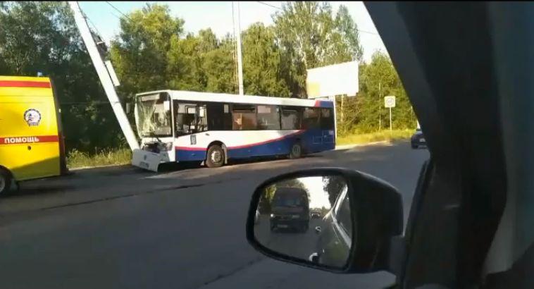 В Ярославле автобус с пассажирами врезался в столб: 10 пострадавших