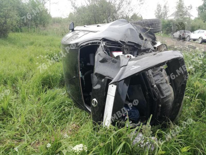 Под Ярославлем иномарка перевернулась в кювет: пострадали женщина и двое детей