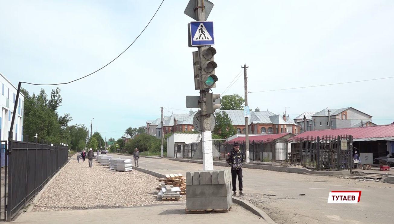 В Тутаеве меняют дорожное покрытие на главных улицах