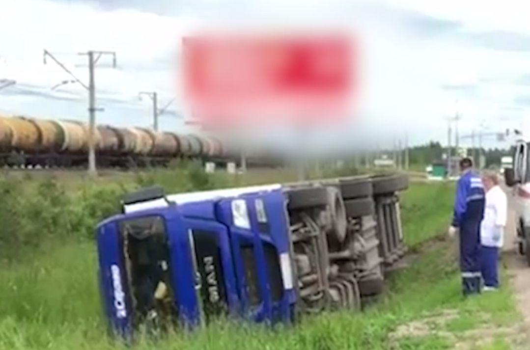 В Ярославской области женщина опрокинула фуру в кювет
