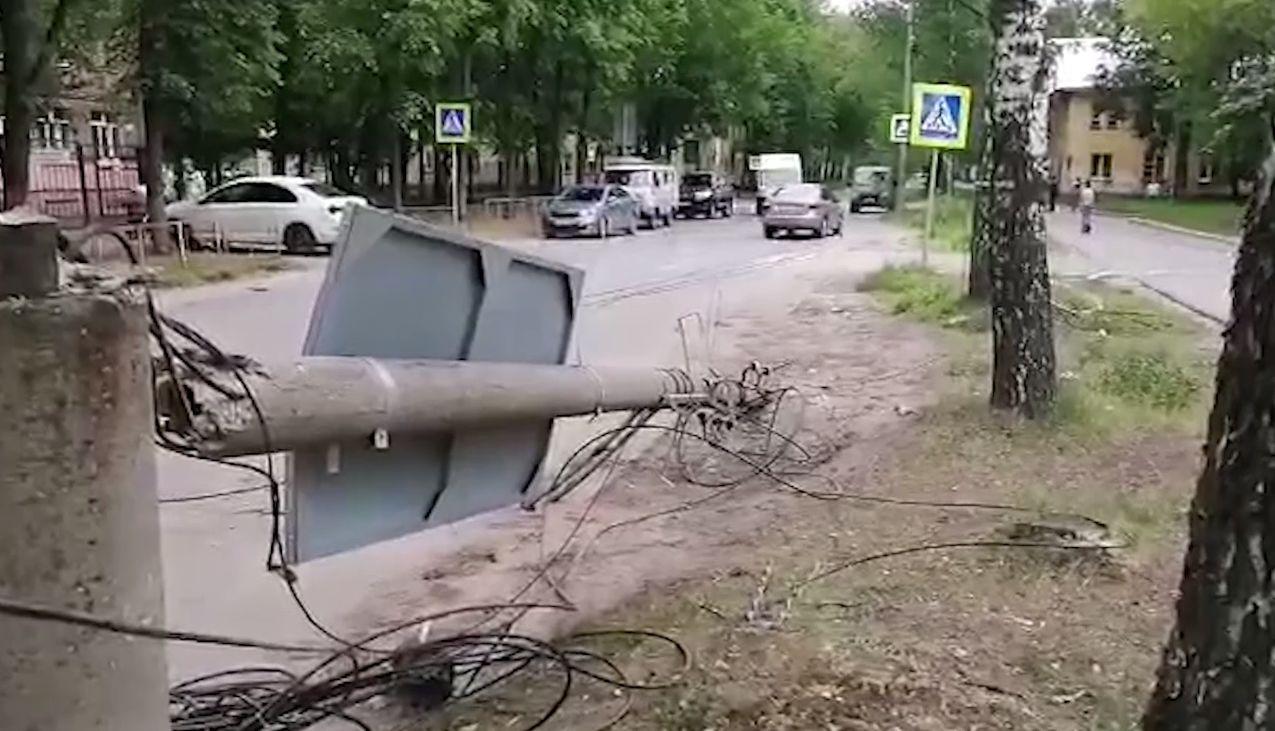 На Пятерке в Ярославле трактор повалил столб