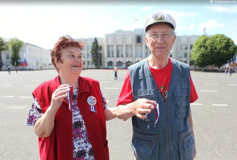 В Ярославле активисты раздавали ленточки триколор
