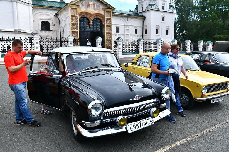 В центре Ярославля стартовало ралли классических автомобилей