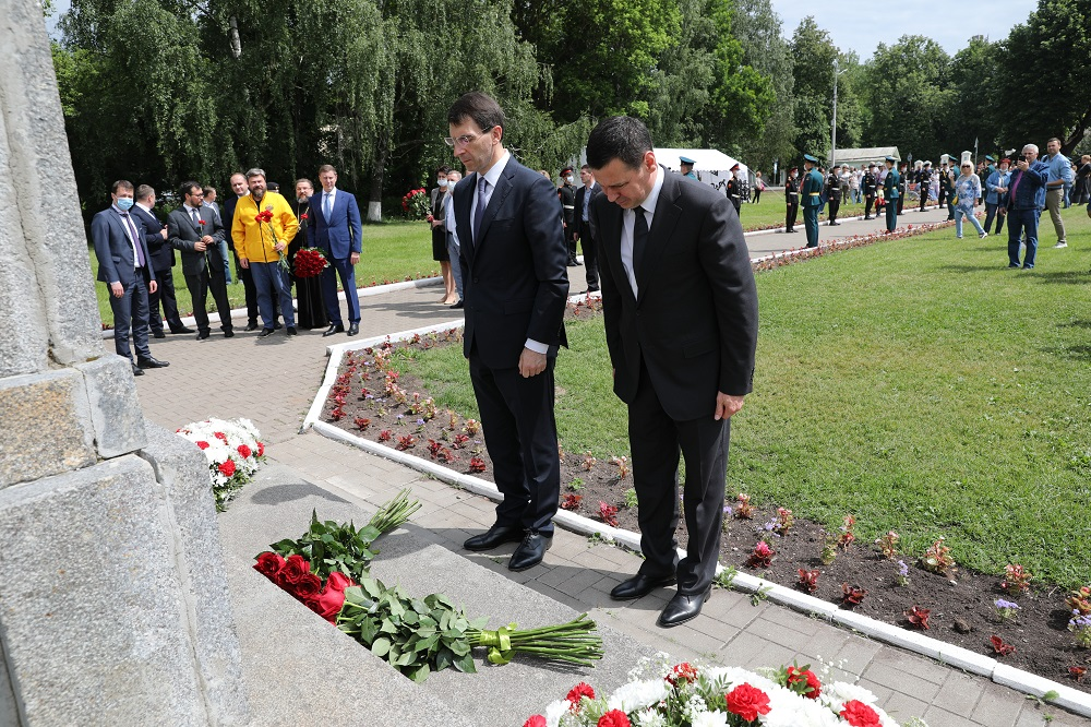 Губернатор и полпред президента в ЦФО возложили цветы к памятнику Александру Невскому