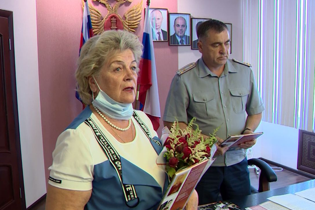 В УФСИН вручили памятную книгу дочери ветерана Николая Лисицына с его воспоминаниями о войне