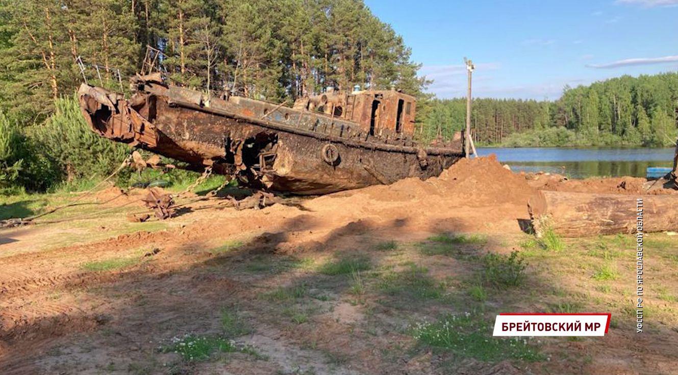 В Ярославской области со дна реки по решению суда подняли затонувший корабль