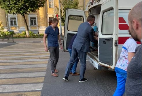 Глава областного депздрава помог молодому человеку, которому из-за жары стало плохо на улице