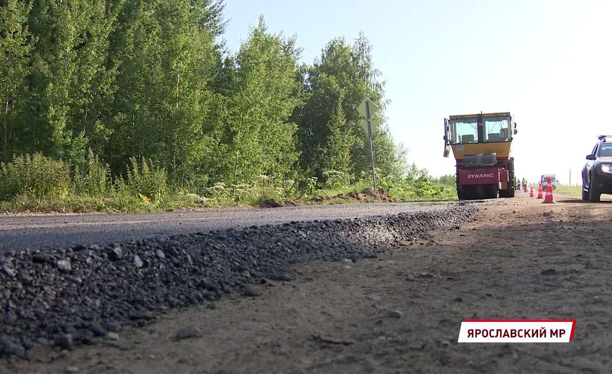 На дороге Карачиха-Ширинье под Ярославлем приступили к укладке асфальта