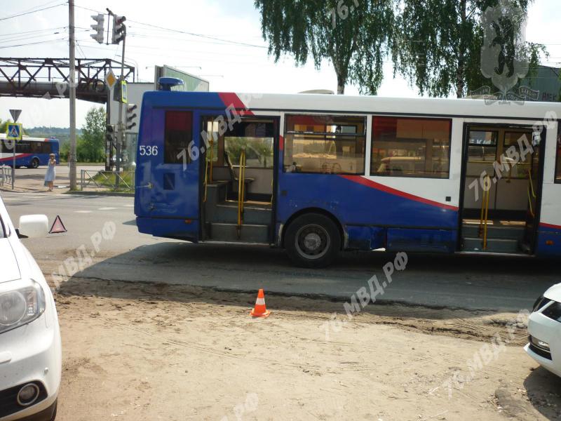 В массовом ДТП с грузовиком и автобусом в Ярославле пострадала женщина-пешеход