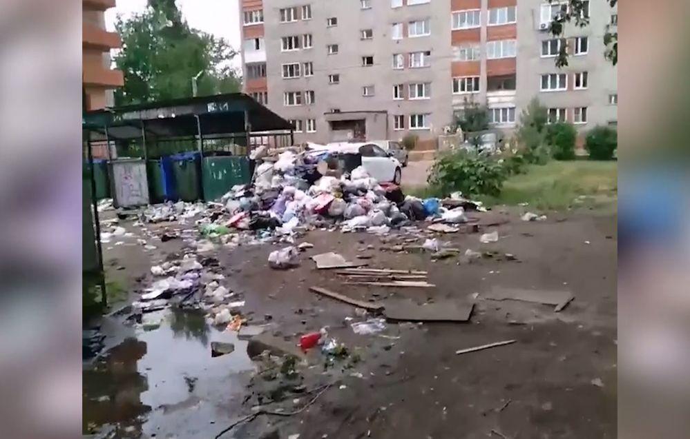 Двор дома на Нефтестрое в Ярославле превратили в свалку