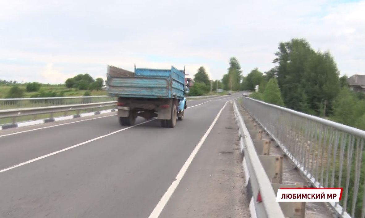Каждый шаг может стать последним: жители деревни в Ярославской области делят мост с большегрузами