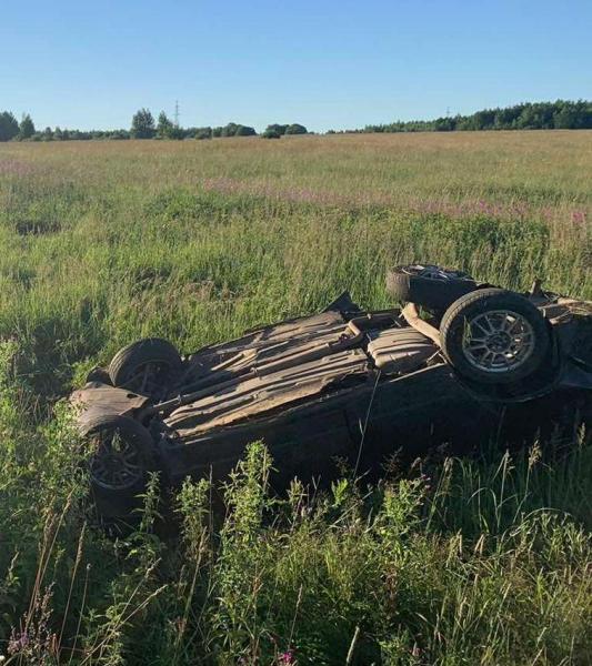 В Ярославской области перевернулся автомобиль: водитель и пассажир погибли