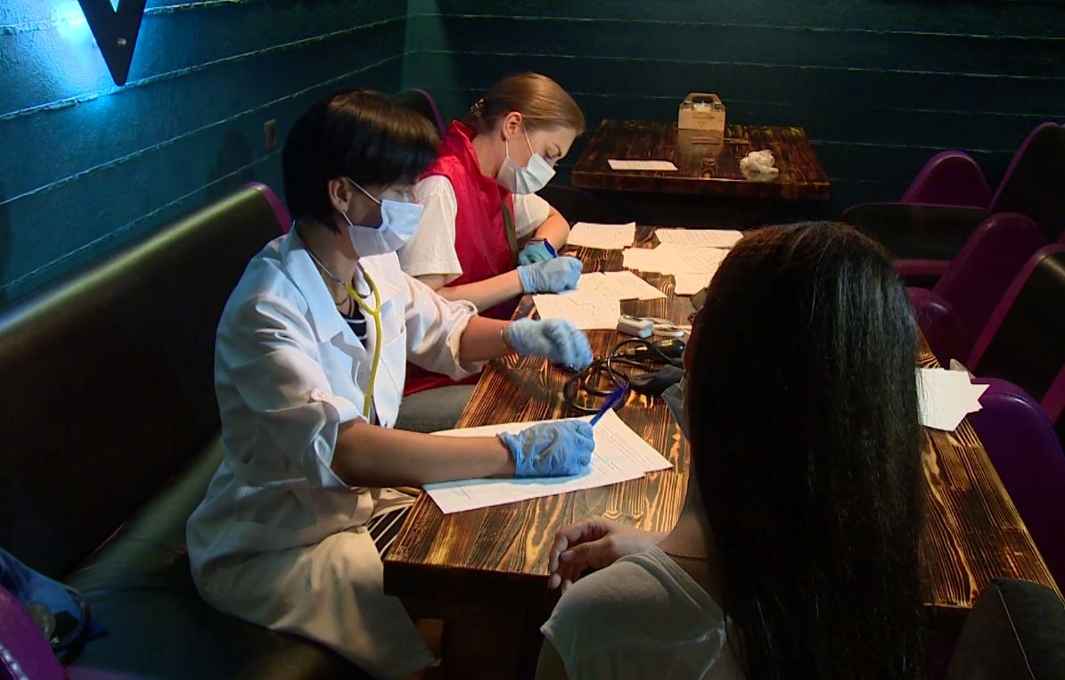 Сотрудники кафе и гостиниц в Ярославской области начали активно прививаться от коронавируса