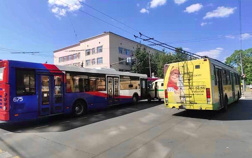 Авария на миллион в центре Ярославля: столкнулись автобус и автомобиль инкассации