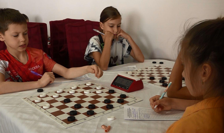 Лучшие гроссмейстеры со всей страны принимают участие в соревнованиях по шашкам в Ярославле