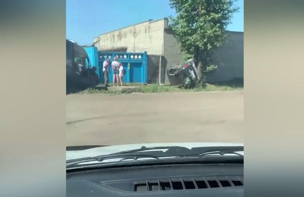 Во Фрунзенском районе Ярославля в результате ДТП перевернулся легковой автомобиль